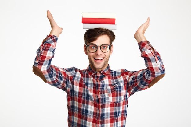 Portret een gelukkig opgewonden mannelijke boeken van de studentenholding Gratis Foto