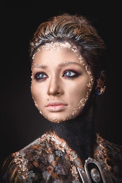 Portret een meisje met gouden pictogram schilderij make-up Premium Foto