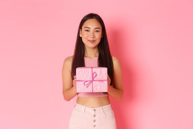 Portret expressieve jonge vrouw met geschenkdoos Gratis Foto