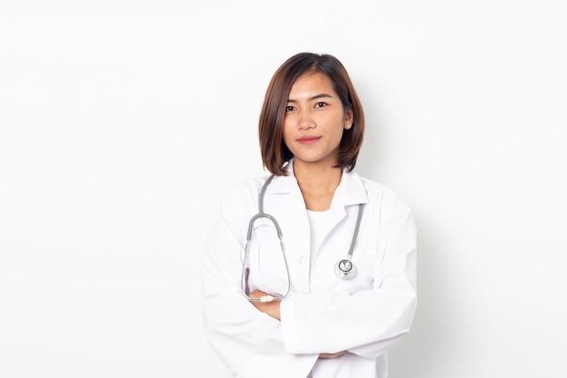 Portret gelukkige aziatische vrouw arts geïsoleerd Premium Foto