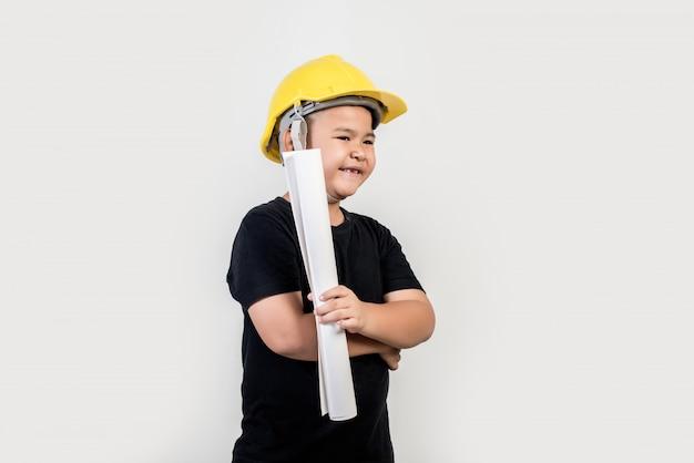 Portret gelukkige jongen die ingenieurshoed draagt Gratis Foto