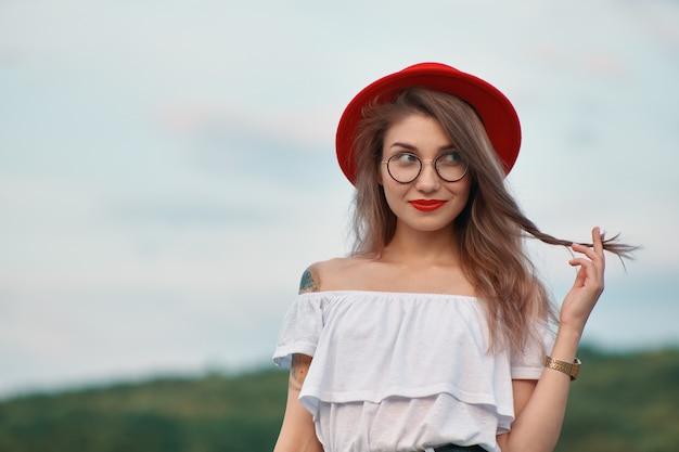 Portret glanzend positief meisje met onweerstaanbare glimlach Gratis Foto