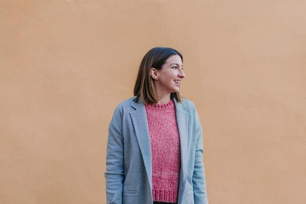 Portret in openlucht van een jonge mooie vrouw met het modieuze kleren stellen Premium Foto