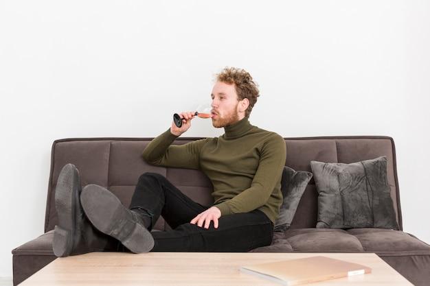 Portret jonge man het drinken van wijn Gratis Foto