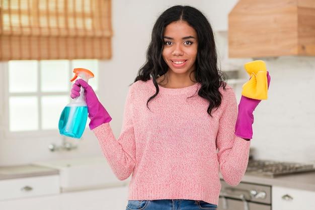 Portret jonge moeder die het huis schoonmaakt Gratis Foto