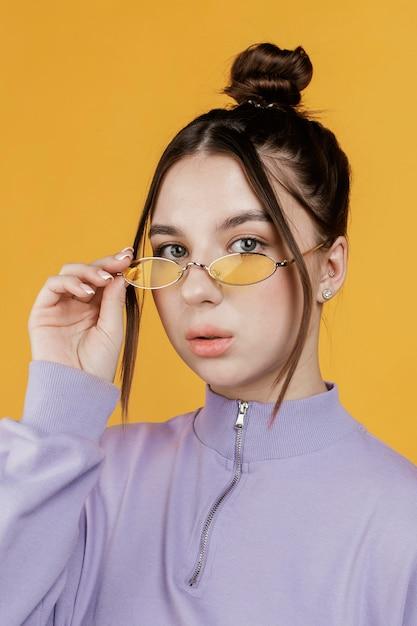 Portret jonge vrouw draagt een zonnebril Gratis Foto