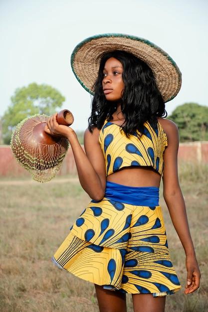 Portret jonge vrouw gekleed voor carnaval Gratis Foto