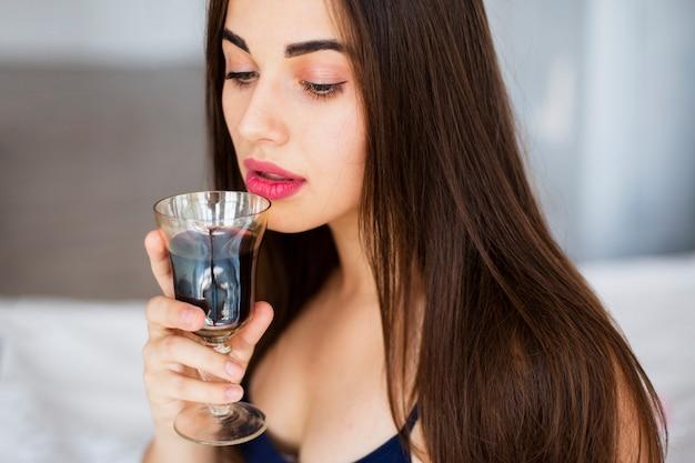 Portret jonge vrouw het drinken wijn Gratis Foto