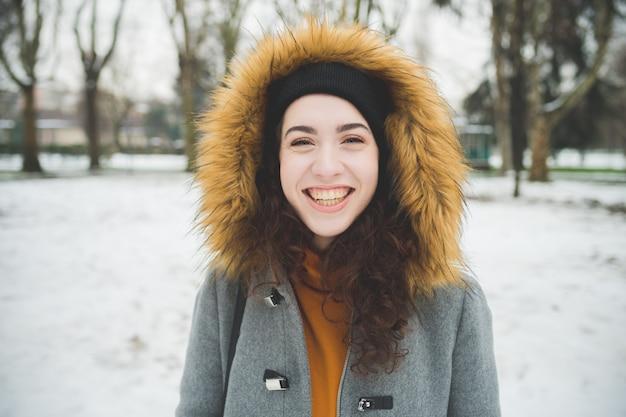 Portret jonge vrouw lachend Premium Foto