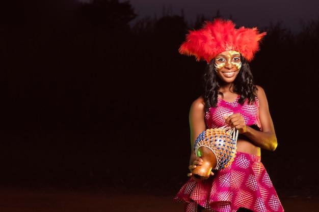 Portret jonge vrouw 's nachts in carnaval Gratis Foto