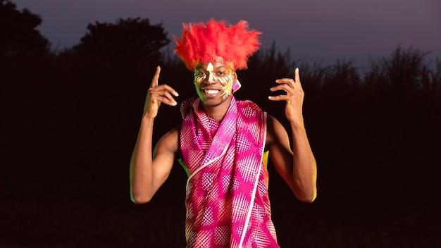 Portret man genieten van carnaval Gratis Foto