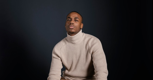 Portret man met witte blouse Gratis Foto