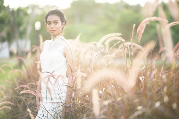 Portret met natuurlijk licht van een aziatische bruid in trouwjurk Premium Foto
