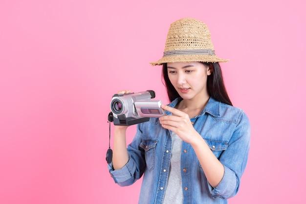 Portret mooie glimlachende gelukkige tiener op roze Gratis Foto