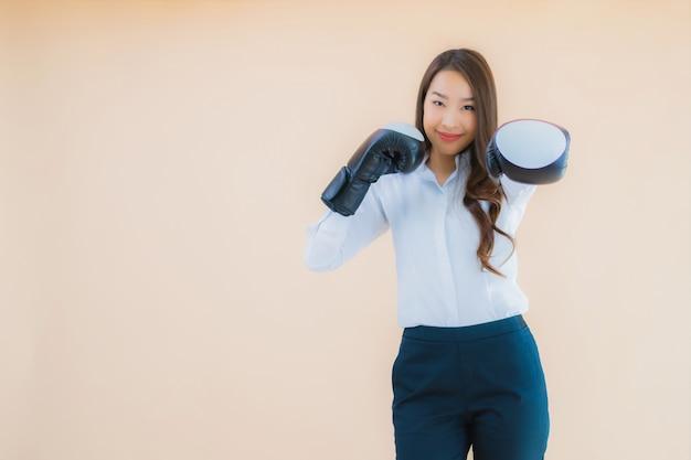 Portret mooie jonge aziatische bedrijfsvrouw met boksconcept Gratis Foto
