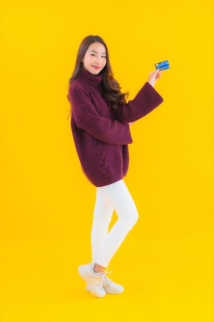 Portret mooie jonge aziatische vrouw met creditcard voor online winkelen Gratis Foto