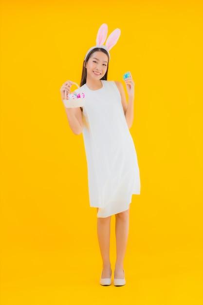 Portret mooie jonge aziatische vrouw met paasei Gratis Foto