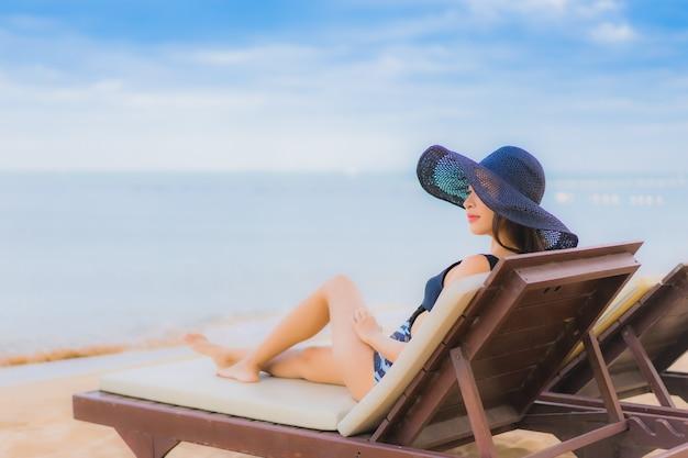 Portret mooie jonge aziatische vrouwen rond overzeese strandoceaan Gratis Foto