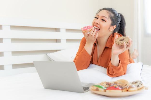 Portret mooie mollige jonge vrouw vreugde van het eten van junkfood Gratis Foto