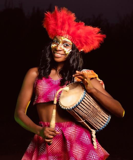Portret mooie vrouw 's nachts in carnaval Gratis Foto