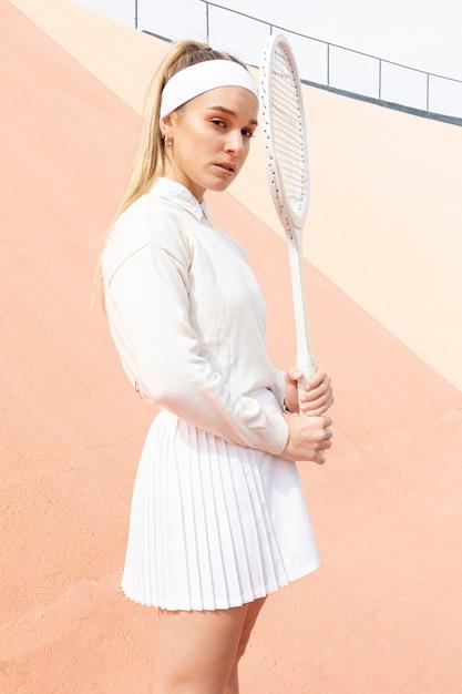 Portret mooie vrouwelijke tennisspeler Gratis Foto