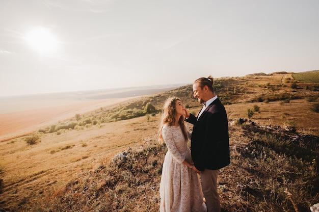 Portret stellen, tederheid houden van de natuur, bergen Premium Foto