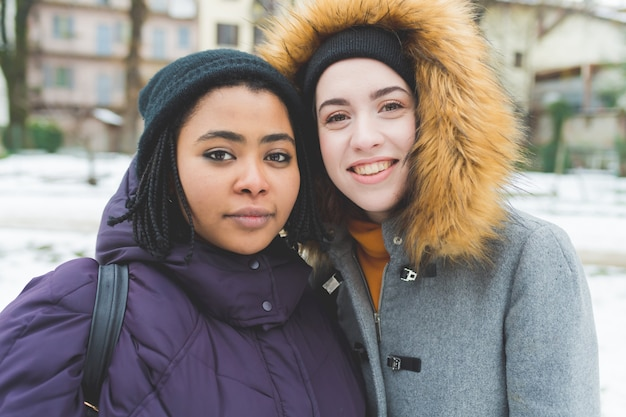 Portret twee jonge vrouwen glimlachen Premium Foto
