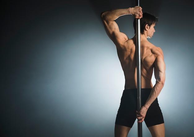 Portret van aantrekkelijk mannelijk model poseren Gratis Foto