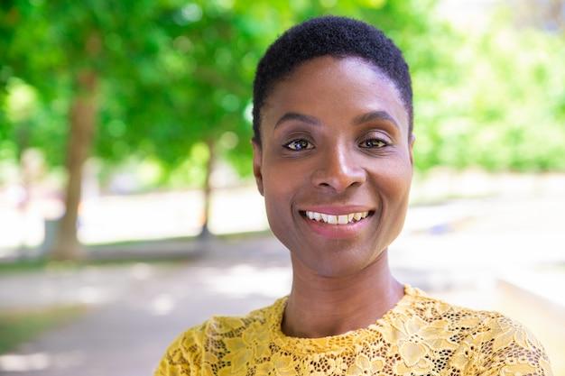 Portret van aantrekkelijke afro-amerikaanse dame met kort haar Gratis Foto