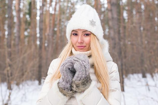 Portret van aantrekkelijke vrouw gekleed in witte hoed in de winter close-up Premium Foto