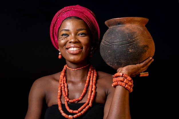 Portret van afrikaanse vrouw die traditionele toebehoren draagt Premium Foto