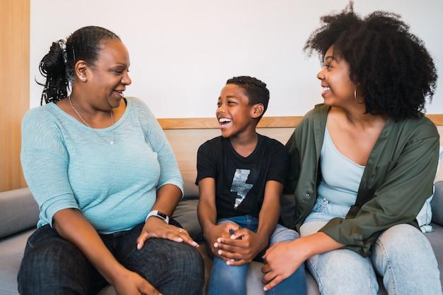 Portret van afro-amerikaanse grootmoeder, moeder en zoon thuis goede tijd samen doorbrengen. familie en levensstijlconcept. Gratis Foto