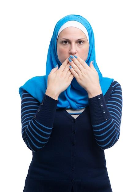 Portret van arabisch moslimwijfje die haar die mond behandelen op witte backgound wordt geïsoleerd Premium Foto