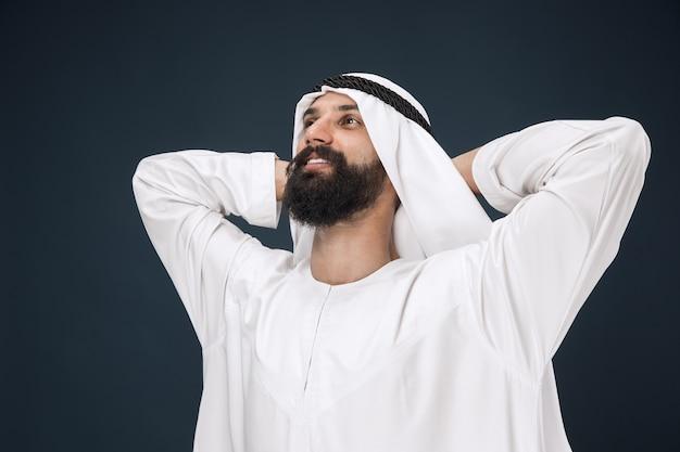 Portret van arabische saoedische sjeik. jonge mannelijke model staan en rusten. Gratis Foto