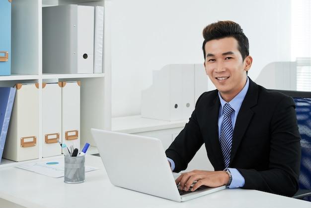 Portret van aziatische administratief medewerker Gratis Foto