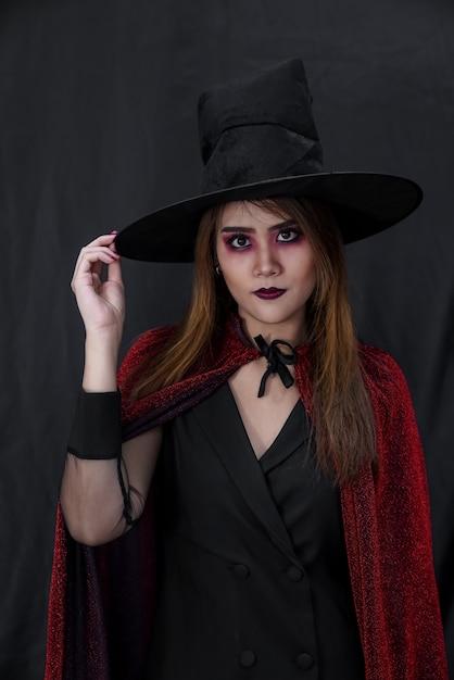 Portret van aziatische jonge volwassen tienervrouw dragen halloween-kostuumdoek Premium Foto