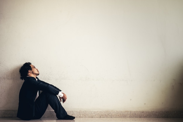 Portret van aziatische zakenman benadrukt van het werk Premium Foto