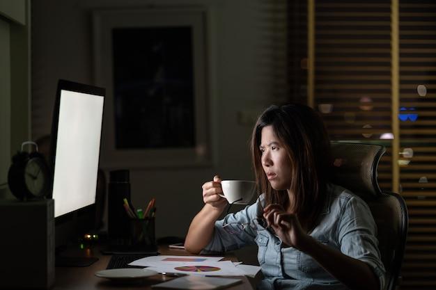 Portret van aziatische zakenvrouw zitten en hard werken op de tafel Premium Foto