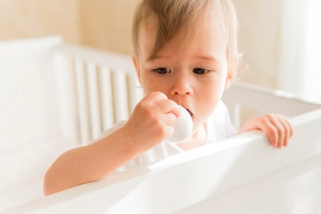 Portret van baby in wieg Gratis Foto