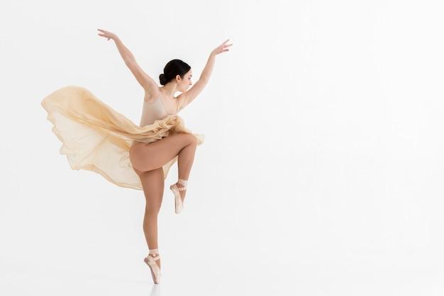 Portret van ballerina dansen met gratie Gratis Foto