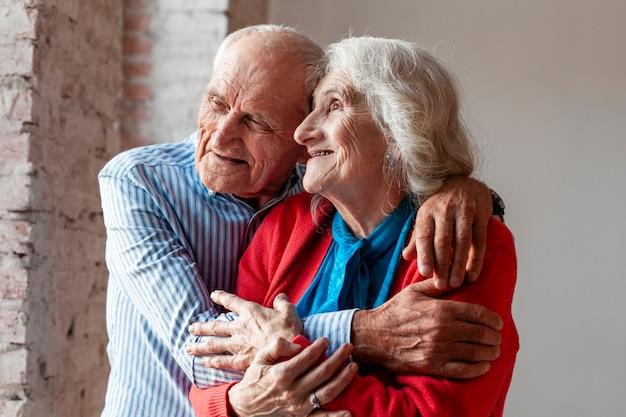 Portret van bejaarde echtpaar in de liefde Gratis Foto