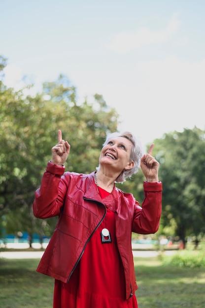 Portret van bejaarde het lachen Gratis Foto