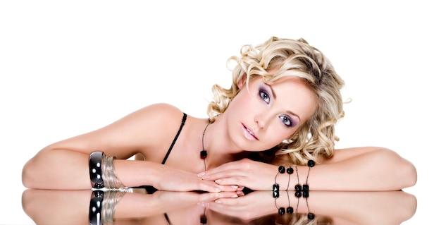 Portret van blonde mooie vrouw met accesorise op haar hand Gratis Foto