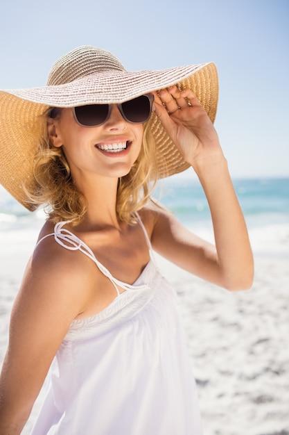 Portret van blondevrouw met strohoed Premium Foto