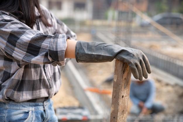 Portret van bouwvakker op bouwterrein Gratis Foto