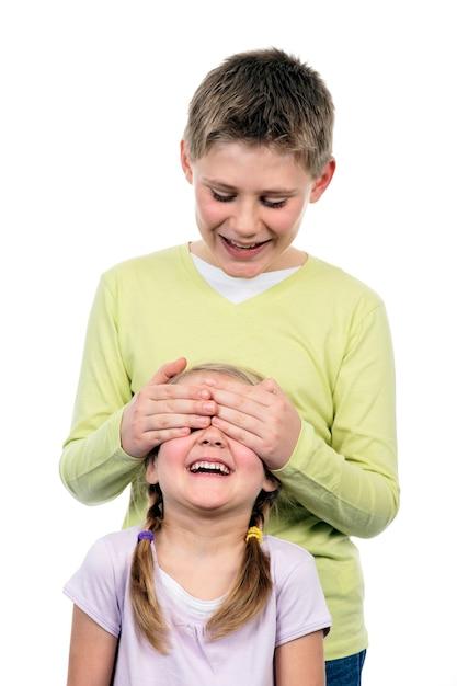 Portret van broer en zus met hand op ogen Gratis Foto