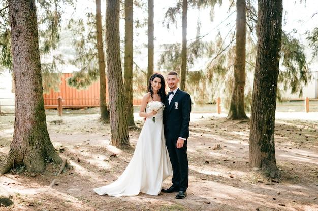 Portret van bruid en bruidegom op de natuur Premium Foto