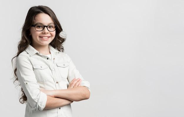 Portret van casual jong meisje met bril Gratis Foto