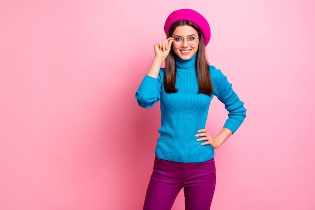 Portret van charmante aantrekkelijk meisje rust ontspannen aanraking haar moderne bril geniet van vrije tijd vallen. Premium Foto