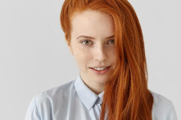Portret van charmante jonge blanke vrouw met sproeten close-up Gratis Foto
